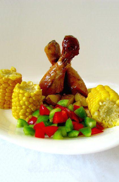 Kurczak w Miodzie z Chilli, Ziołowymi Ziemniaczkami i Złocistą Kukurydzą
