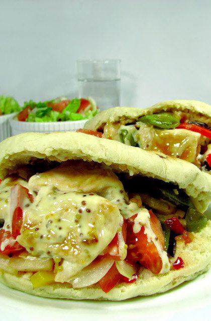 Chlebek Pita z Kurczakiem w Sosie Musztardowym i Warzywami