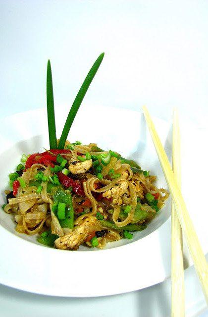 Makaron Stir Fry z Kurczakiem i Warzywami w Sosie Curry