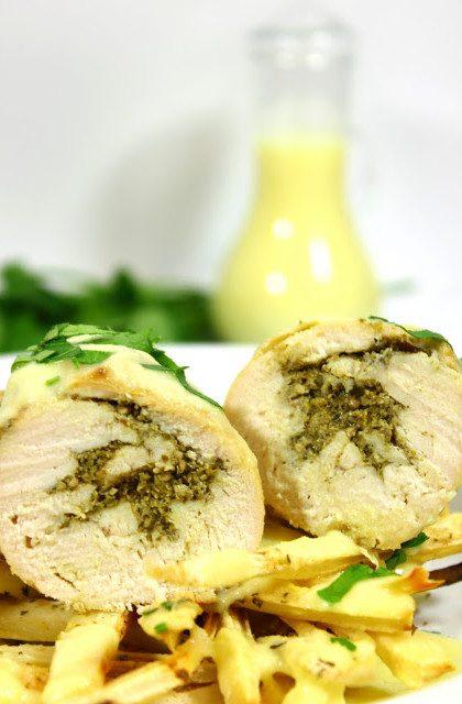 Roladki z Kurczaka Wypełnione Pesto na Frytkach z Pietruszki w Sosie Ananasowym