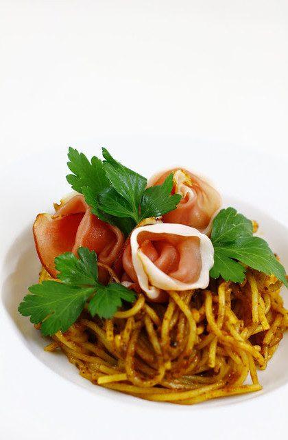 Makaron Spaghetti z Pesto Rosso i Szynką Parmeńską