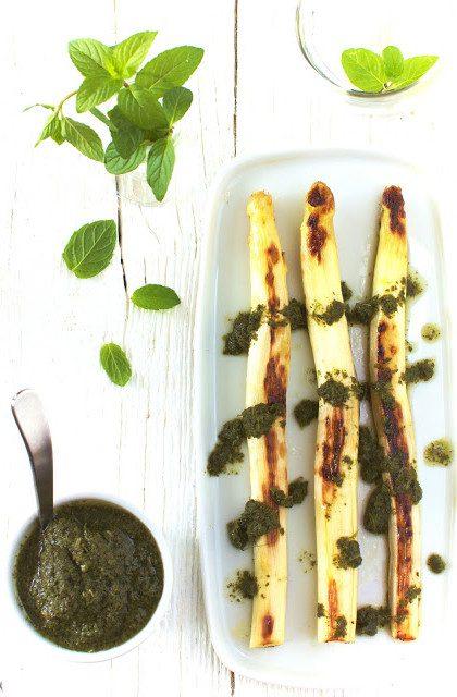 Szparagi Grillowane z Sosem Miętowym