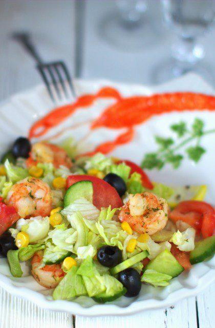 Sałatka z Krewetkami, Pomidorami i Oliwkami