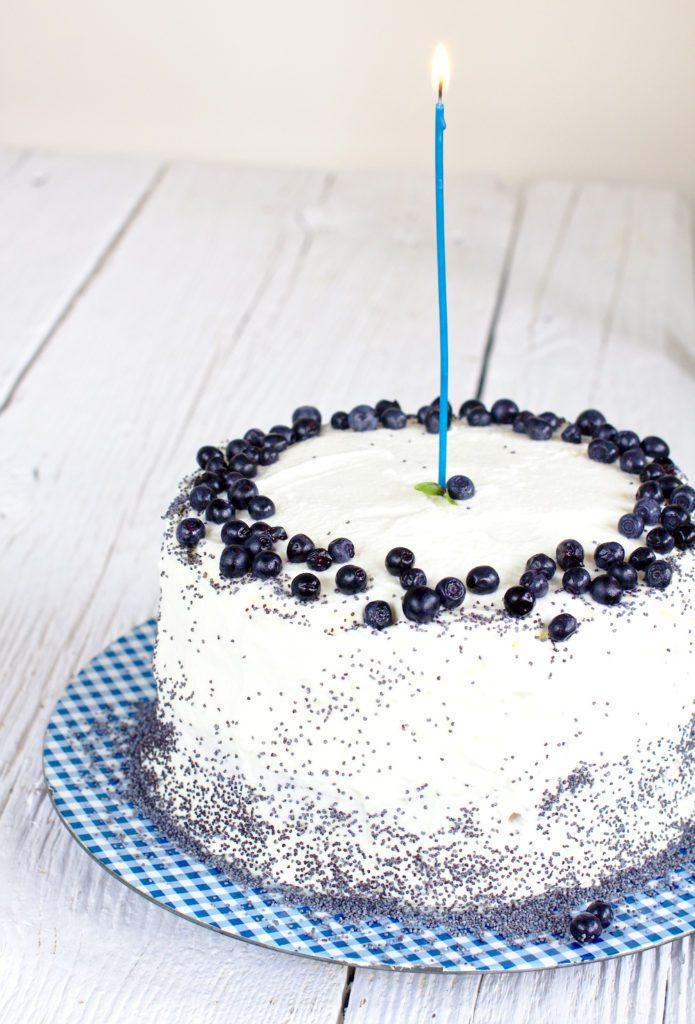 Tort Cytrynowy z Jagodami i Makiem