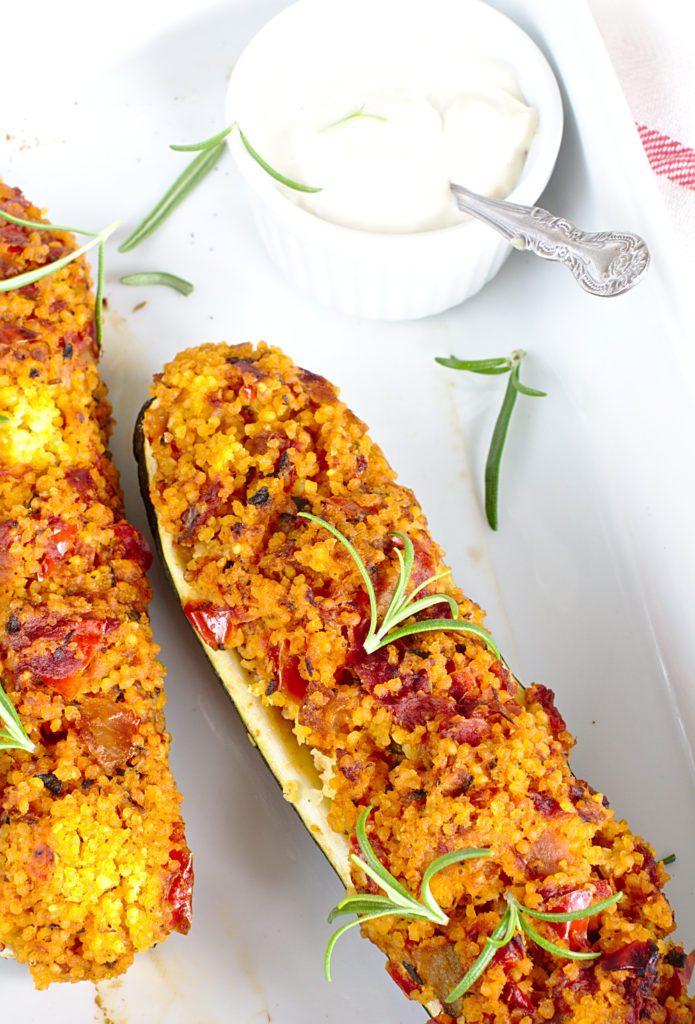 Cukinia Faszerowana Kaszą Jaglaną i Pomidorami