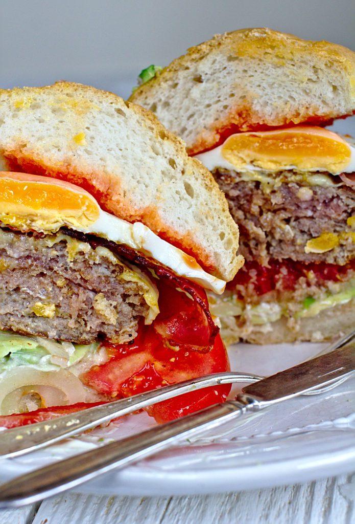 Burger z Awokado, Bekonem i Jajkiem Sadzonym