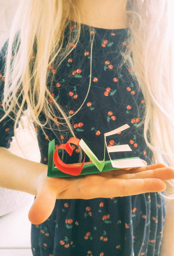 Napis LOVE z Papieru na Walentynki